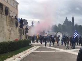 Φωτογραφία για Τραυματίες αστυνομικοί στο Σύνταγμα - Έσπασαν τα κάγκελα μπροστά στο άγαλμα τού Βενιζέλου