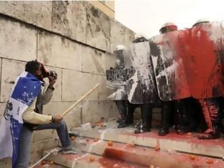 Φωτογραφία για «Μόνος εναντίον όλων» περιγράφει την επίθεση στους Αστυνομικούς ο άνδρας με την ελληνική σημαία στους ώμους