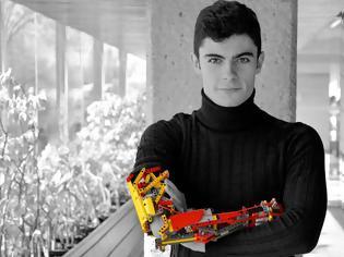 Φωτογραφία για Έφηβος κατασκεύασε το προσθετικό χέρι του με τουβλάκια Lego
