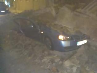 Φωτογραφία για Κατέρρευσε σπίτι στο Γκάζι – Καταπλάκωσε δυο αυτοκίνητα!