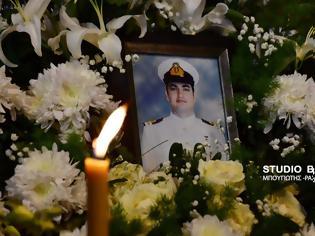 Φωτογραφία για Συγκίνηση στο μνημόσυνο για τα τρία χρόνια από τον άδικο χαμό του Υποπλοίαρχου Κωνσταντίνου Πανανά (βίντεο)