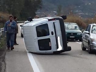 Φωτογραφία για Ανατροπή αυτοκινήτου στην εθνική οδό στο Αγρίνιο- σώος ο οδηγός (φωτο)