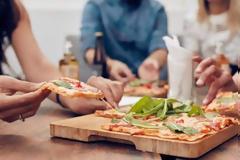 Μας παχαίνει το βραδινό φαγητό; Τι λένε οι επιστήμονες;