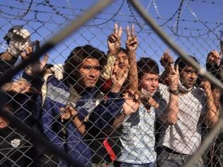 Φωτογραφία για Μετανάστες σκαρφάλωσαν σε φέρι στο λιμάνι του Καλαί