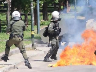 Φωτογραφία για Επίθεση στα ΜΑΤ στην Τοσίτσα - Τραυματίας αστυνομικός