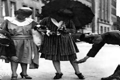 Χρονογράφημα - Οι μακριές οι φούστες