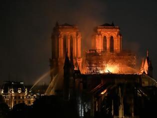 Φωτογραφία για Παναγία των Παρισίων: Τεράστια καταστροφή - Σώθηκαν το κύριο κτίσμα και οι πύργοι