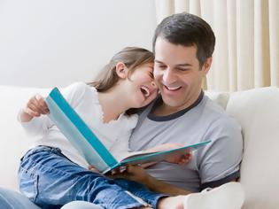 Φωτογραφία για Ερευνητές εξηγούν γιατί είναι σημαντικό να διαβάζουν οι γονείς παραμύθια στα παιδιά τους