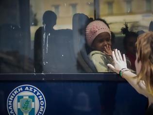 Φωτογραφία για Με λεωφορεία της ΕΛΑΣ μεταφέρθηκαν οι πρόσφυγες...
