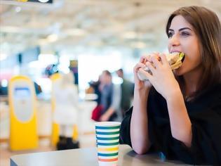 Φωτογραφία για Ποιες τροφές πρέπει να αποφύγετε αν πρόκειται να κάνετε ένα ταξίδι με αεροπλάνο;