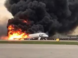 Φωτογραφία για Μόσχα: Επιβάτης κατέγραψε σοκαριστικό βίντεο μέσα από το φλεγόμενο αεροπλάνο (video)
