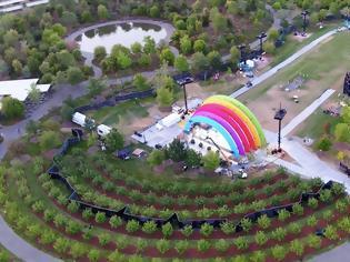 Φωτογραφία για Στην καρδιά του Apple Park στήθηκε μια μυστηριώδης σκηνή