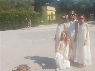 Φωτογραφία για Ακρόπολη: Γερμανίδες τουρίστριες «έφαγαν πόρτα», επειδή φορούσαν αρχαιοελληνική ενδυμασία!