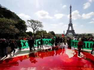 Φωτογραφία για Πέταξαν 300 λίτρα «αίματος» στο Τροκαντερό για το περιβάλλον