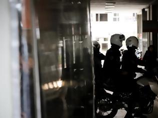 Φωτογραφία για Ληστές εισέβαλαν με αυτοκίνητο σε κοσμηματοπωλείο στο Κορωπί