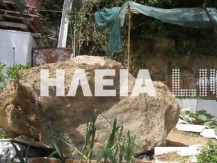 Φωτογραφία για Ζημιές από τους σεισμούς στην Ηλεία - Βράχος έπεσε σε αυλή σπιτιού