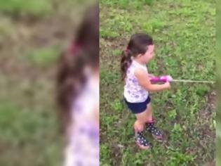 Φωτογραφία για Ψαρεύει με τον πατέρα της όταν ξαφνικά πιάνει ένα ψάρι! Η αντίδρασή του μπαμπά της είναι απερίγραπτη! (ΒΙΝΤΕΟ)!!!