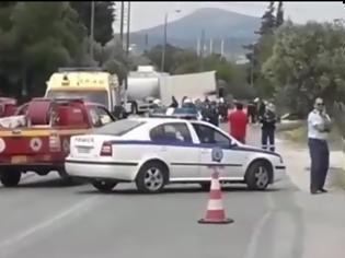 Φωτογραφία για ΒΙΝΤΕΟ. Τροχαίο με βυτιοφόρο στην Κορωπίου-Μαρκοπούλου: Δύο νεκροί και ένας τραυματίας