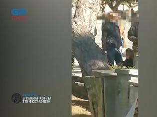 Φωτογραφία για Έρευνα Grtimes: Σνιφάρουν ναρκωτικά μέρα μεσημέρι στην πλατεία Αριστοτέλους (VIDEO)