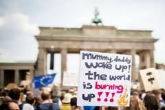 «Το κλίμα τώρα, τα μαθήματα αργότερα»: Χιλιάδες νέοι στους δρόμους για το κλίμα