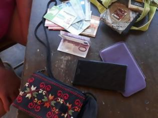 Φωτογραφία για Ροδίτης βρήκε τσάντα με 800 ευρώ, κάρτες και κινητό και την παρέδωσε (pics)