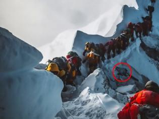 Φωτογραφία για Εικόνα σοκ από το Έβερεστ: Δεκάδες ορειβάτες προσπερνούν... ένα πτώμα