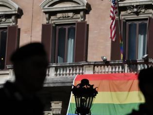 Φωτογραφία για Η κυβέρνηση Τραμπ δεν θέλει φέτος την σημαία με το ουράνιο τόξο στις πρεσβείες των ΗΠΑ