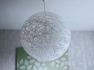 Φωτογραφία για ΚΑΤΑΣΚΕΥΕΣ - Φτιάξτε το πιο εντυπωσιακό DIY φωτιστικό με μπάλα pilates