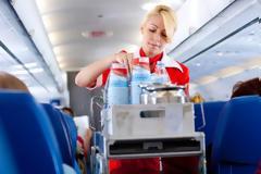 Γιατί πρέπει να αποφεύγετε να πίνετε καφέ ή τσάι στο αεροπλάνο