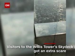 Φωτογραφία για Όταν ο εφιάλτης γίνεται πραγματικότητα: Εσπασε το γυάλινο πάτωμα σε ουρανοξύστη του Σικάγο!