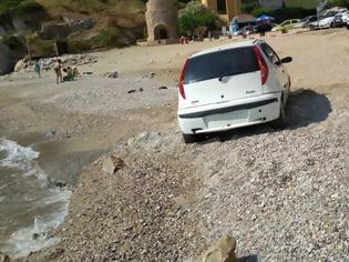 Φωτογραφία για Οδηγός στην Κρήτη πάρκαρε το αυτοκίνητο στα 2 μέτρα από την θάλασσα (pics)
