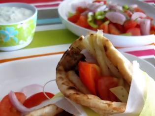 Φωτογραφία για Σουβλάκι ή χωριάτικη σαλάτα; Δεν πιστεύετε πόσες θερμίδες έχει το καθένα…