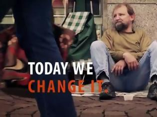 Φωτογραφία για Δανείστηκε το κουβαδάκι ενός άστεγου και έκατσε δίπλα του. Αυτό που έκανε στη συνέχεια θα σας συγκινήσει