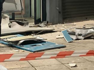 Φωτογραφία για Ανατίναξαν ΑΤΜ στη Γλυφάδα - Χαρτονομίσματα σκορπίστηκαν στον δρόμο