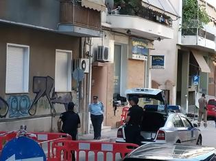 Φωτογραφία για Γουδή: Βίντεο-σοκ με την 68χρονη να σέρνει στο δρόμο τη σορό της μητέρας της!
