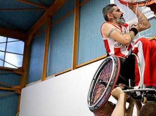 Φωτογραφία για Συγκλονιστική στιγμή: Αθλητής της Δωδεκανήσου με αμαξίδιο σηκώνεται στα χέρια για να κόψει το διχτάκι