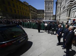 Φωτογραφία για Χιλιάδες κόσμου αποχαιρέτησαν τον Φράνκο Τζεφιρέλι στη Φλωρεντία