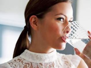 Φωτογραφία για Τι συμβαίνει στο σώμα αν πίνετε νερό με άδειο στομάχι μόλις ξυπνάτε
