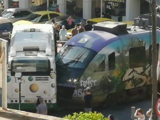 Φωτογραφία για Συρμός του προαστιακού συγκρούστηκε με λεωφορείο στη Λιοσίων