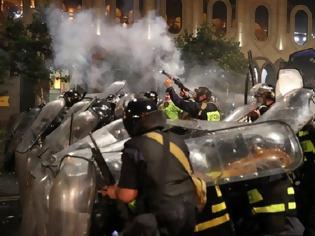 Φωτογραφία για Γεωργία: Δεκάδες τραυματίες από τα βίαια επεισόδια έξω από το κοινοβούλιο