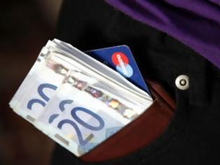 Φωτογραφία για Όσα περισσότερα χρήματα έχει το χαμένο πορτοφόλι, τόσο πιθανότερο είναι να το επιστρέψει όποιος το βρει - Δείτε τι ισχύει στην Ελλάδα..