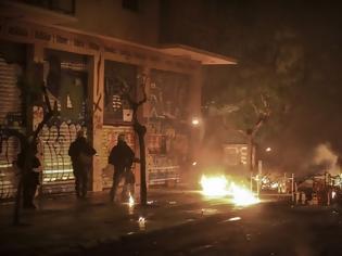 Φωτογραφία για Εξάρχεια: Επίθεση κουκουλοφόρων στα ΜΑΤ έξω από το Πολυτεχνείο