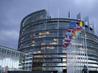 Φωτογραφία για Τράπεζες και social media απειλούν την Δημοκρατία, πιστεύουν οι Ευρωπαίοι