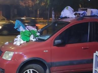 Φωτογραφία για Πάρκαρε το αυτοκίνητό του σε πεζοδρόμιο και το γέμισαν με σκουπίδια