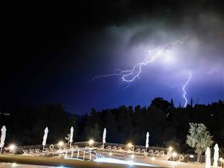 Φωτογραφία για Aπίστευτες φωτογραφίες: Η στιγμή που Κεραυνοί χτυπάνε στην ΠΑΛΑΙΡΟ
