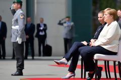 Η Μέρκελ άκουσε καθιστή τον γερμανικό εθνικό ύμνο