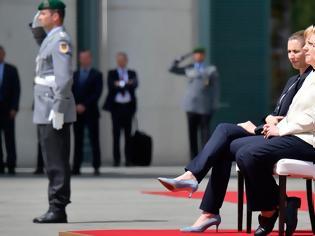 Φωτογραφία για Η Μέρκελ άκουσε καθιστή τον γερμανικό εθνικό ύμνο