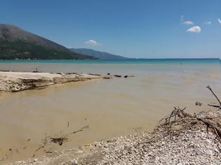 Φωτογραφία για Ο ξεροπόταμος του ΒΑΡΝΑΚΑ θόλωσε τη θάλασσα κοντά στον ΜΥΤΙΚΑ - [ΦΩΤΟ: Βάσω Παππά]