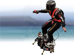 Φωτογραφία για Ένας πιλότος πέταξε πάνω από τα Ηλύσια Πεδία  με μια ιπτάμενη σανίδα (Βίντεο)