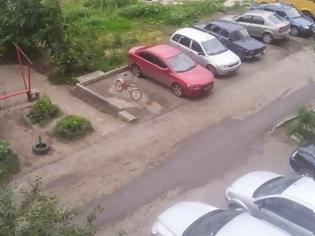 Φωτογραφία για Έπιασε μια ολόκληση θέση πάρκινγκ με το ποδήλατο του και.. ΔΕΙΤΕ ΤΙ ΕΠΑΘΕ